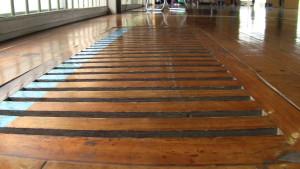 体育館床の換気孔。